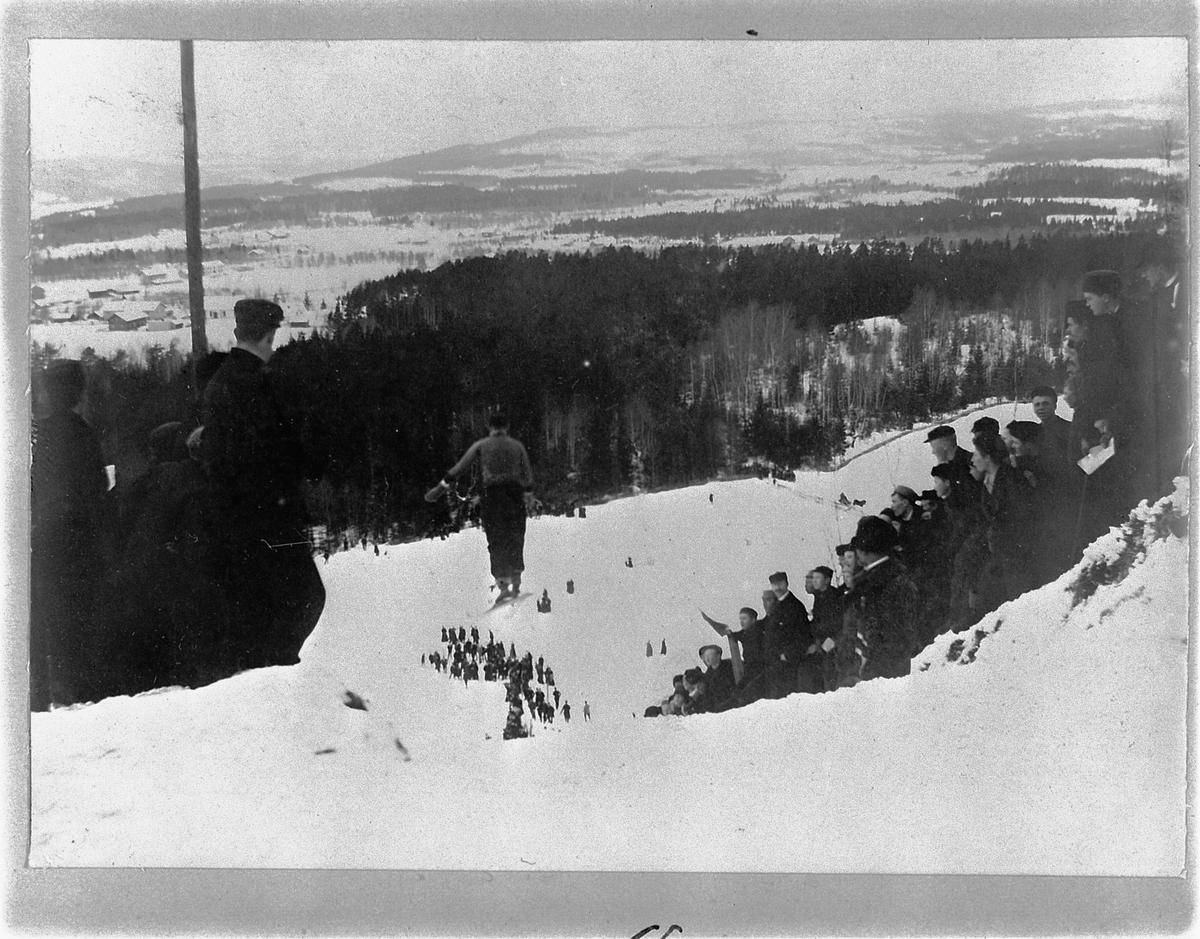 GRESSBYBAKKEN, FRAMBAKKEN, BRUMUNDDAL, HOPPRENN, HOPPER I SVEVET PUBLIKUM, SKIRENN. 16-2-1902.