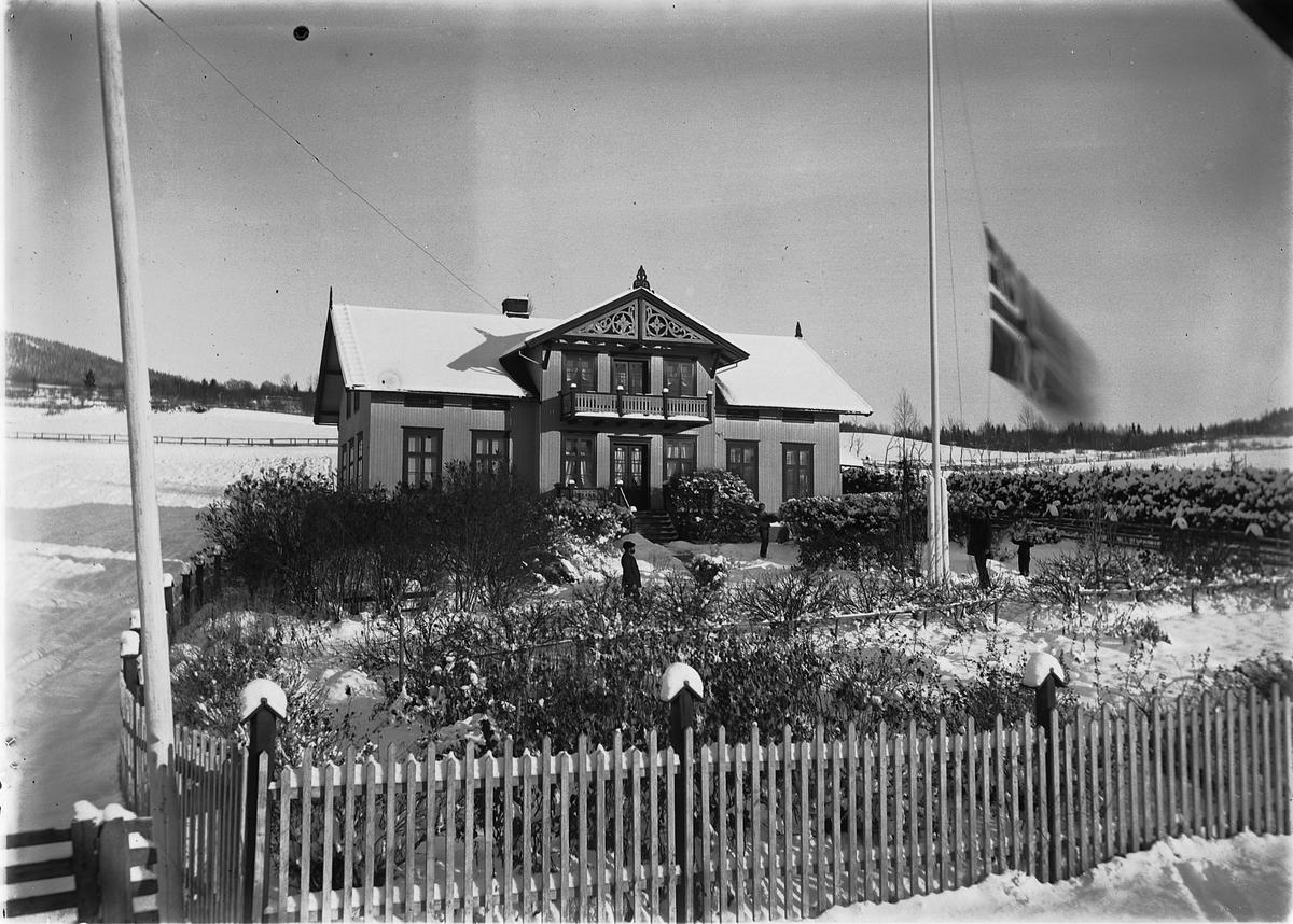 Eksteriør, hovedbygningen på Østre Fjelstad, Ring i Ringsaker. Unionsflagget blir heist.