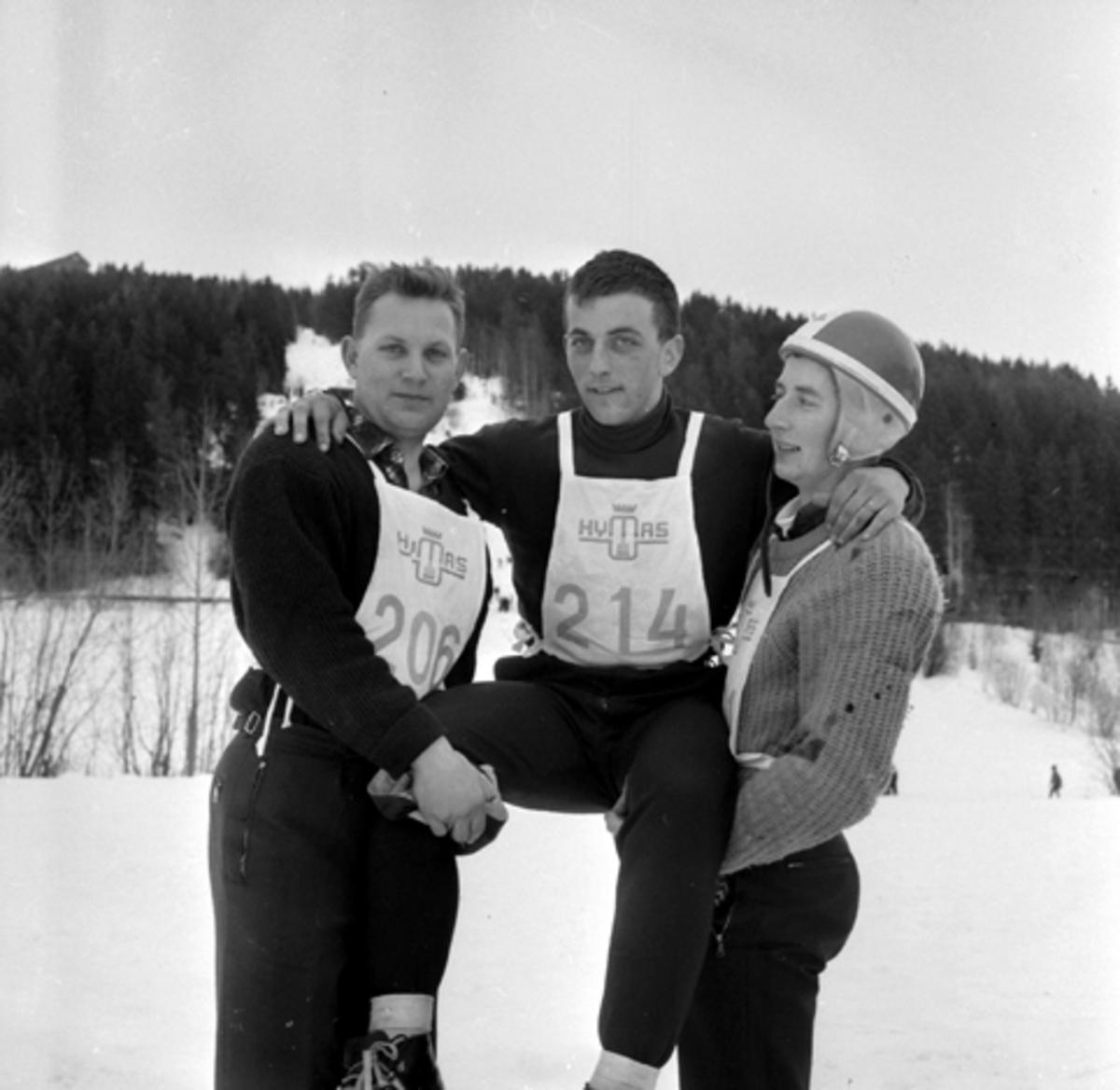 Asbjørn Moland (?) Steinar Sørlienpå gullstol, Bjarne Østli, Furnes, skihoppere, Frambakken, Brumunddal.