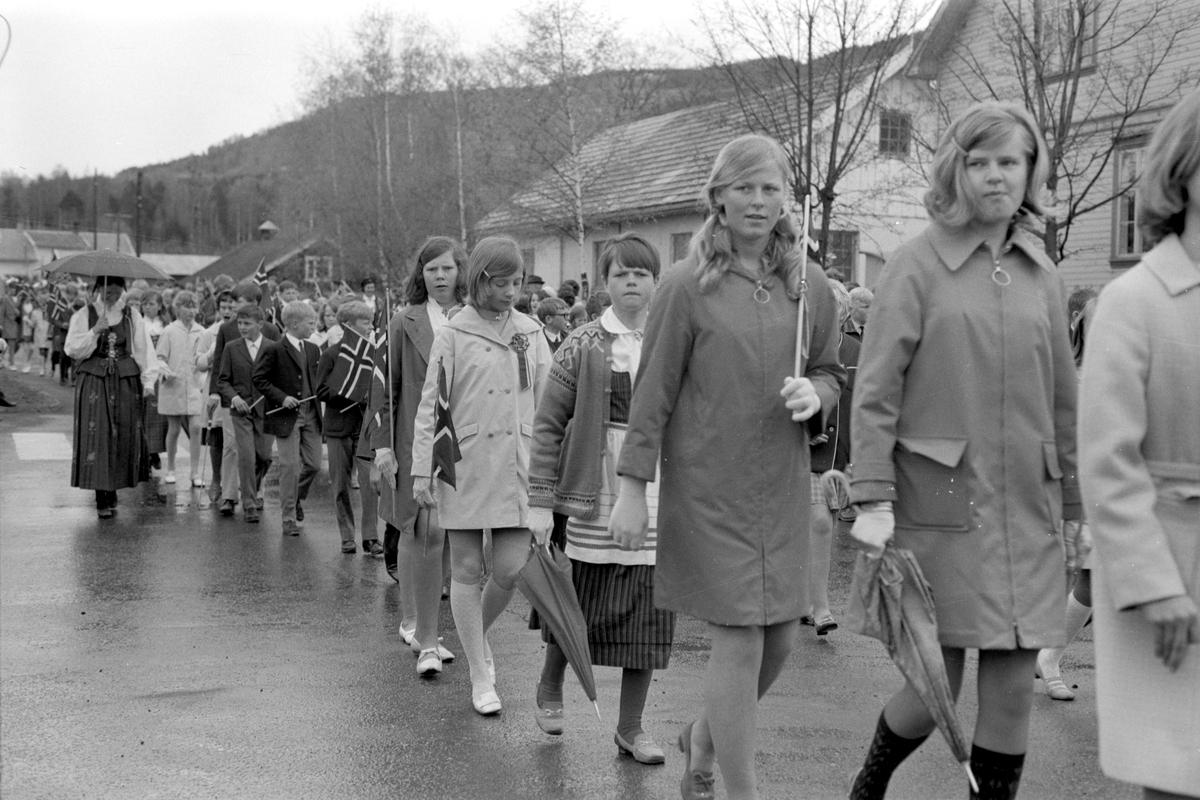 17. mai feiring i Brumunddal. Barnetoget. 1969. Elever ved Furnes Ungdomskole
