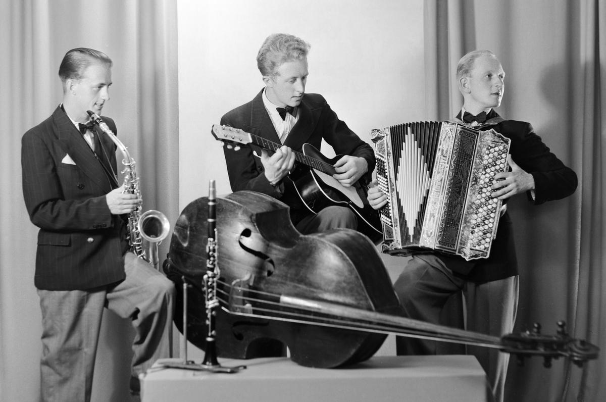 KÅRE ØDEGÅRD, HAMAR. 21. 07. 1943. INSTRUMENTER. KÅRE ØDEGÅRD, TREKKSPILL, ERIK ERIKSEN, GUITAR, HARRY LARSON, ALTSAKS. Kontrabass og klarinett.