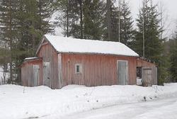 Uthusbygning med stall, utedo og vedskur på Kjeksbergvollen (Kjeksbergkoia) øst for Skybakkgrenda på Jømna i Elverum.  Huset er oppført i rødmalt, bordkleddo bindingsverk.  Det har saltak, men doen og vedskuret som er tilbygd på hver sin gavlvegg, har pulttak.  Skogs- og anleggsarbeider Johnny Brenden viste OT Ljøstad og Bjørn Bækkelund fra Skogmuseet stedet i forbindelse med en befaring i området 20. februar 2008. Bygningen ligger på en teig som tilhører Ole Peder Lømo.  Skogeier har planer om å restaurere koia/sæterhuset (jfr. DJF-F. 000335-000337), men det er uklart om disse planene også omfatter det avbildete uthuset.