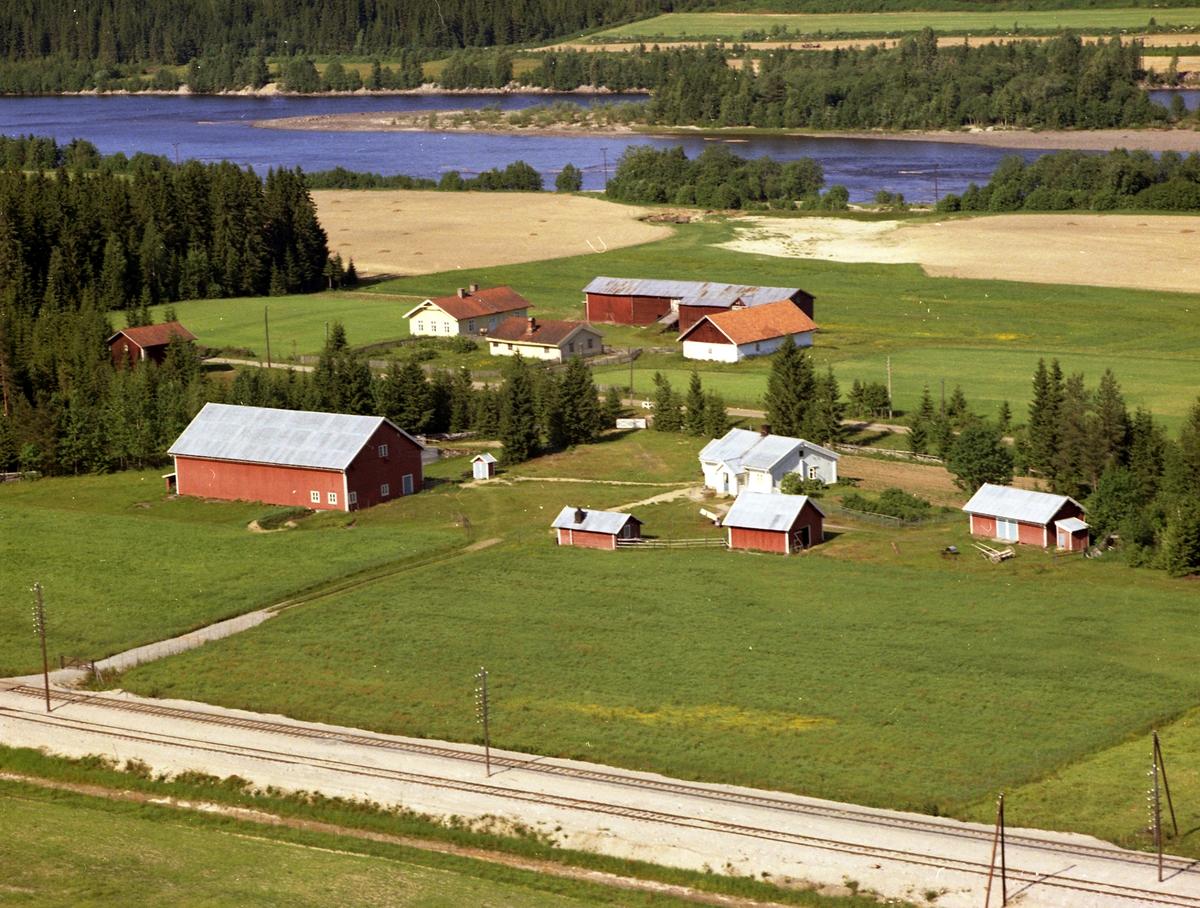 Smed-Rustad, Mellom Rustad