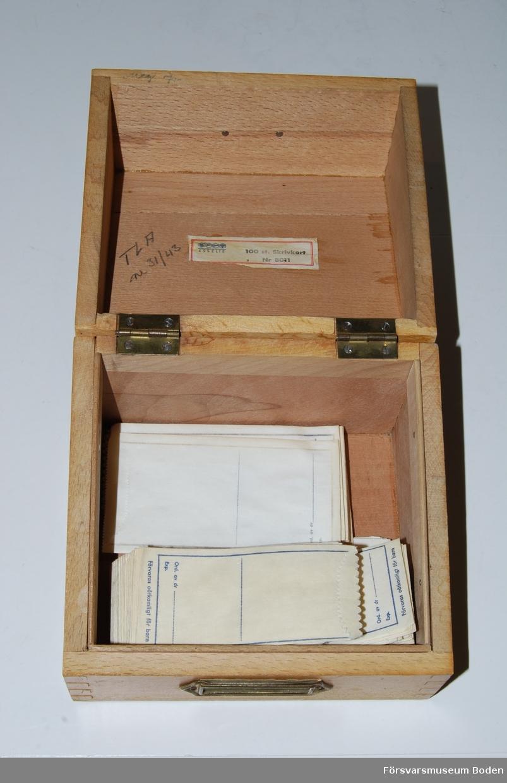 Papperspåsar i två storlekar; 5.5 x 10.5 samt 4.3 x 9 cm. Plats för den ordinerande doktorns namn och expedieringsdatum längst ner på varje påse. Lådan har enligt etiketten tidigare innehållit registerkort för Riksförsäkringsfall 1941-1944.