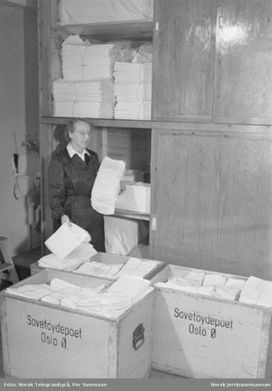 NSBs sovevognavdeling : vaskeri, systue, depot, tøybehandling - Belegningslistene for nattogene er kommet. Skinnende hvitt tøy sendes til sovevognene