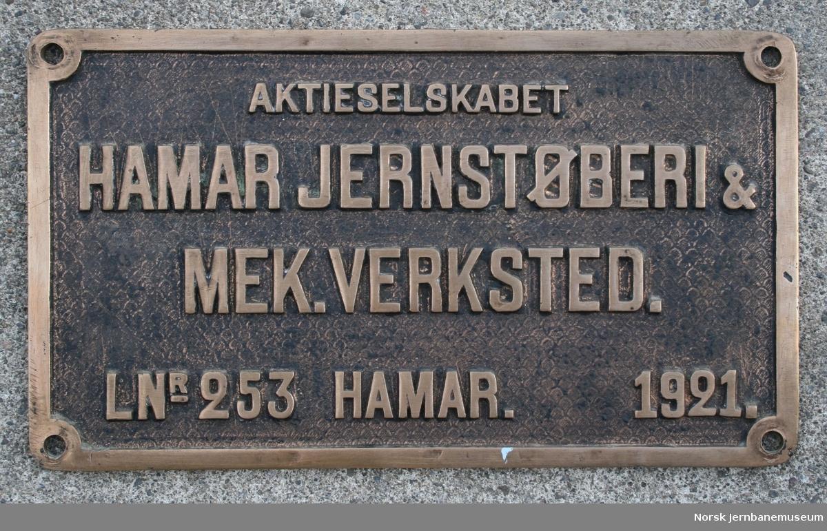 Fabrikkskilt fra lokomotiver produsert av Hamar Jernstøberi & Mek. Verksted