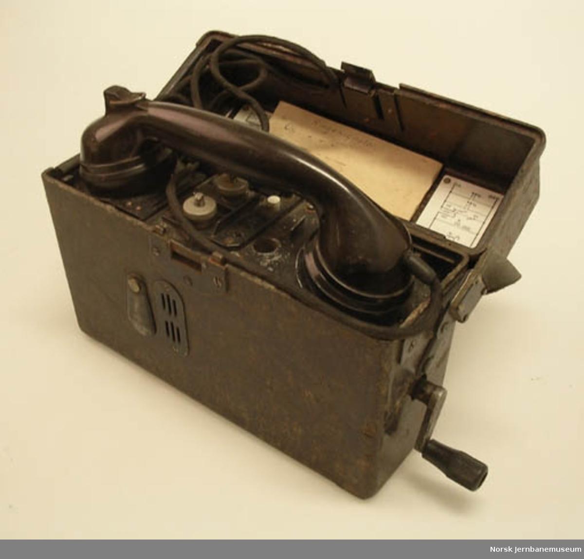 Felttelefon i kasse av bakelitt