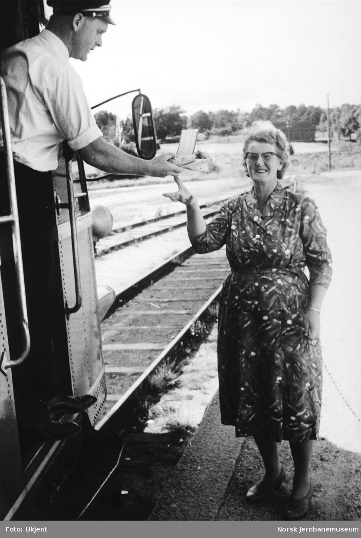 Tog på Grimstadbanen - utveksling av post med ekspeditrise