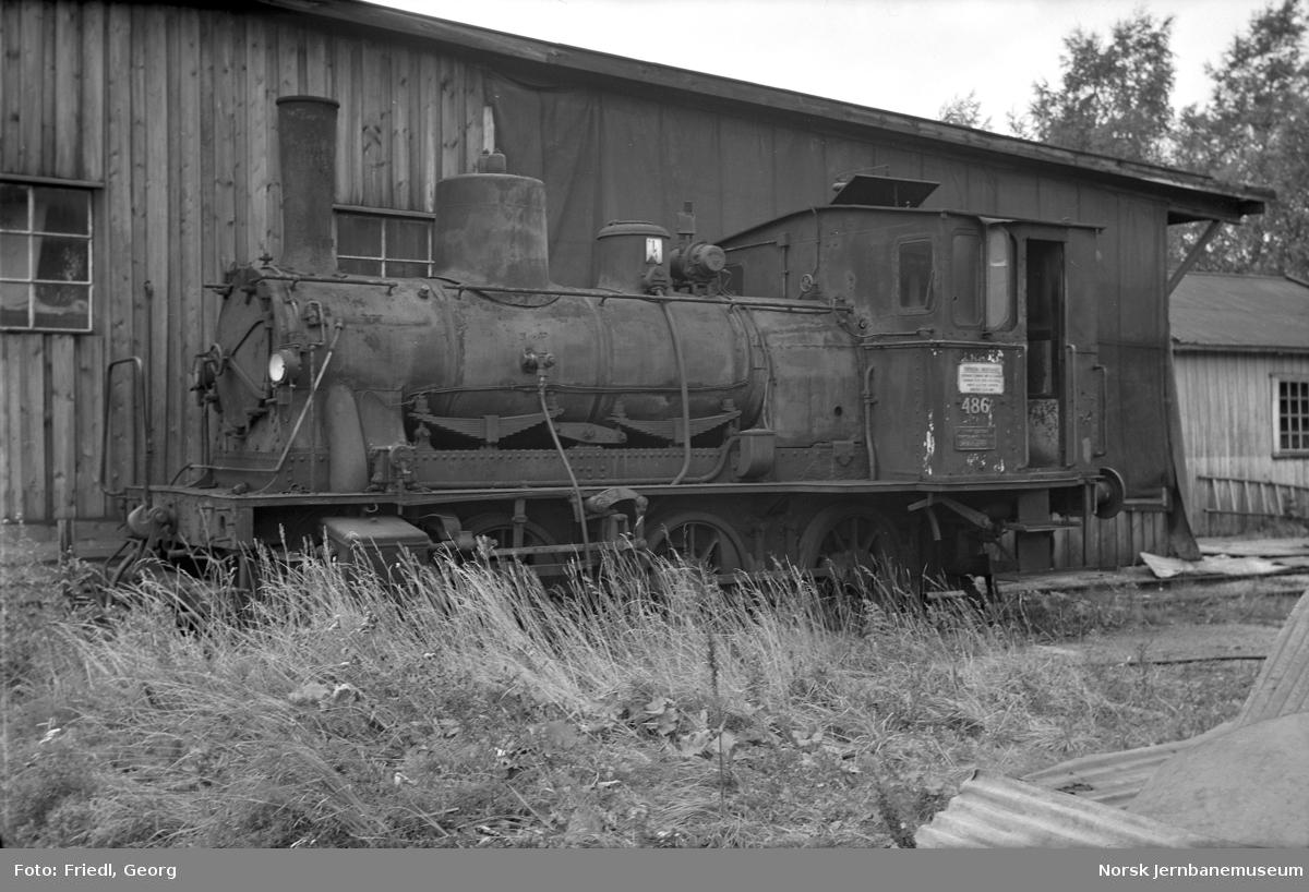Damplokomotiv type 25e nr. 486 hensatt på Sundland som dampleverandør til sandtørkeanlegget