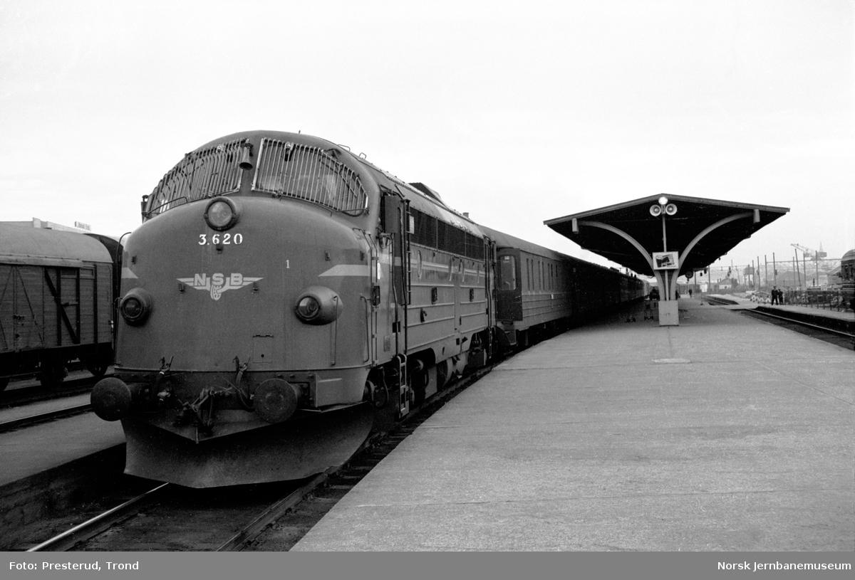 Diesellokomotiv type Di 3 nr. 620 med ankommet nattog fra Bodø på Trondheim stasjon