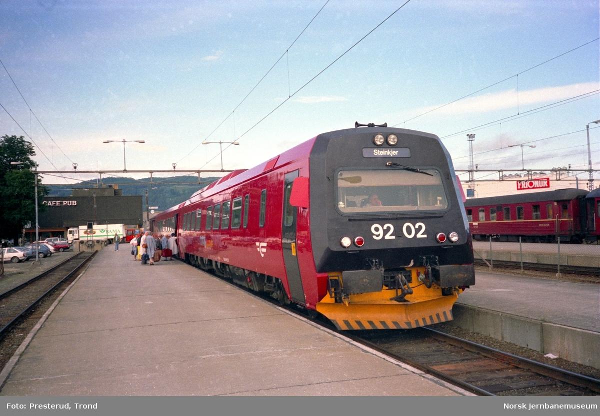 Tog til Steinkjer med dieselmotorvogn BM 92 02 fremst på Trondheim stasjon