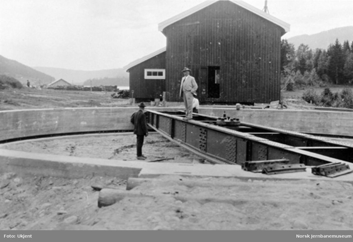 Svingskiven på Sperillen stasjon under montering med lokomotivstallen i bakgrunnen