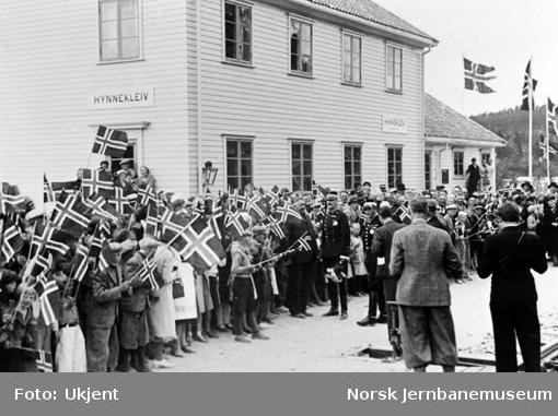 Kong Haakon og lokalbefolkningen på Hynnekleiv stasjon