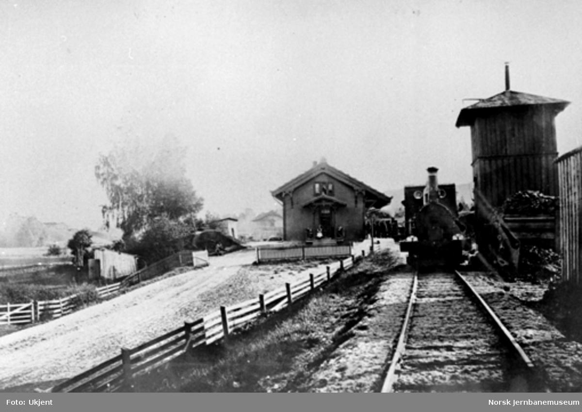 Lier stasjon med et damplokomotiv ved vanntårnet