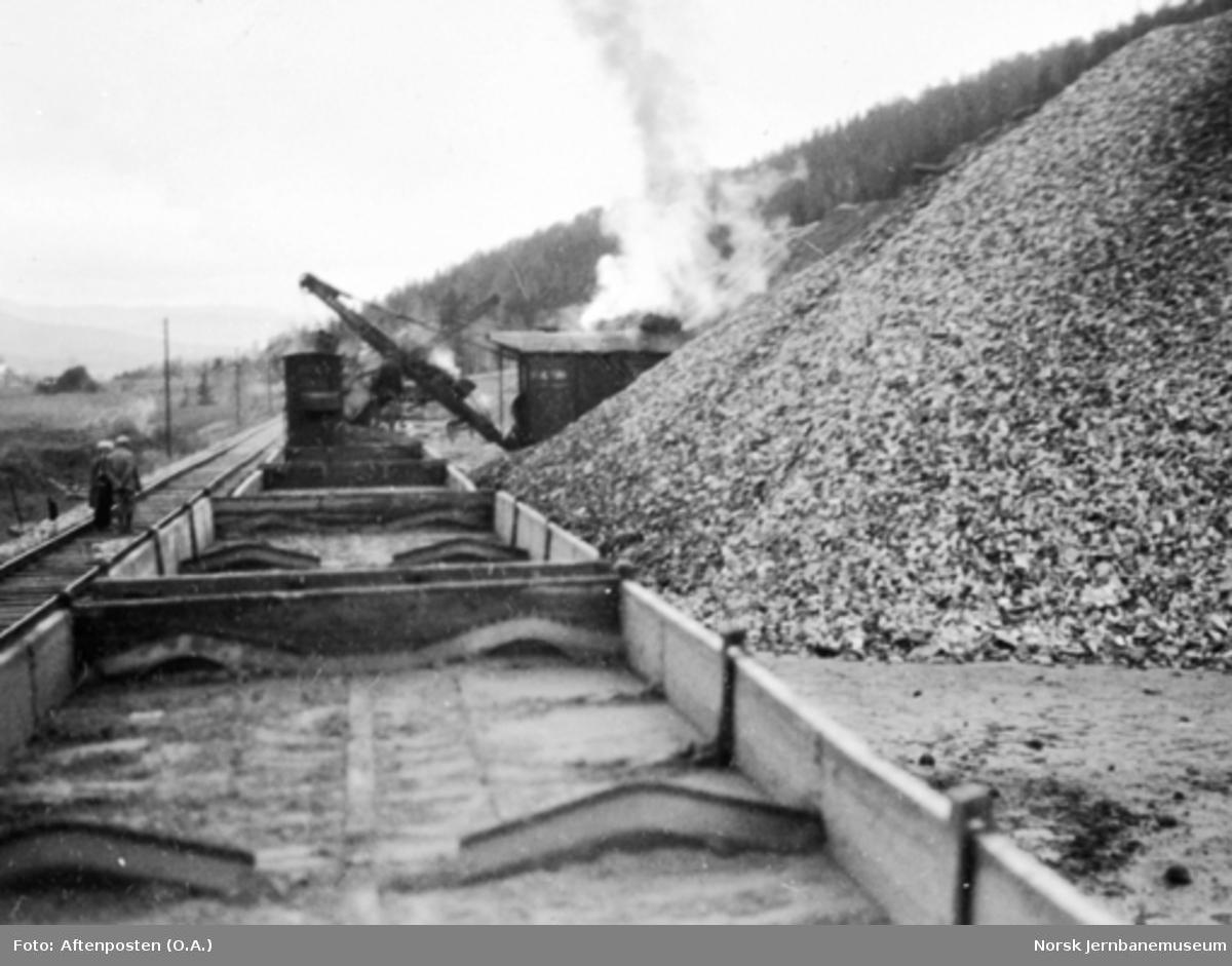 Lasting med gravemaskin, Bucyrus 14B,  i Skogen pukkverk