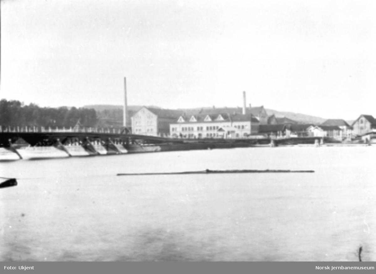 Porsgrunds Porselænsfabrik med vegbru i forgrunnen
