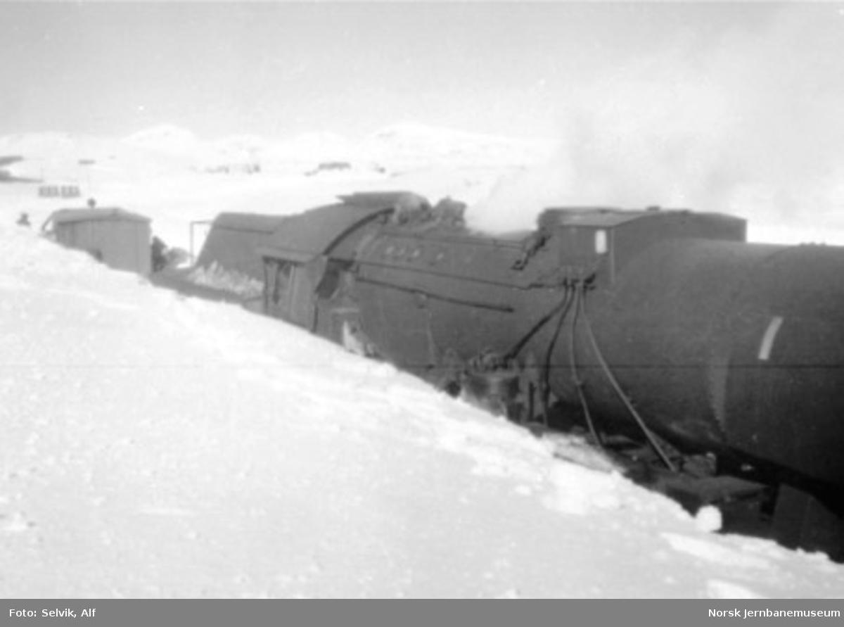 "Damplokomotiv type 63a nr. 5860, ""stortysker"", under snøbrøyting (fastkjøring?) på Saltfjellet"