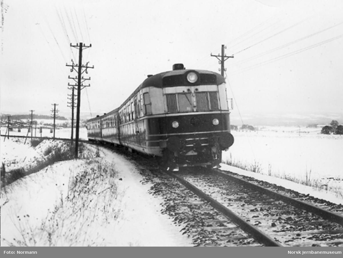 Ekspresstogsett type 88 på fyllingen i Akersvika sør for Hamar stasjon