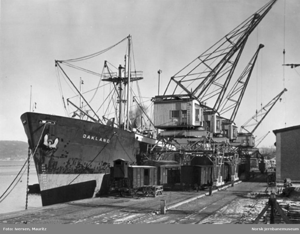 Tangen kai i Drammen med godsvogner, kraner og båter