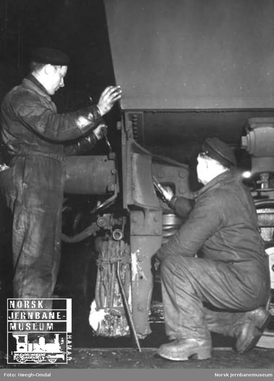 I full puss : verkstedsarbeiderne Helland og Thorkildsen inspiserer en buffer