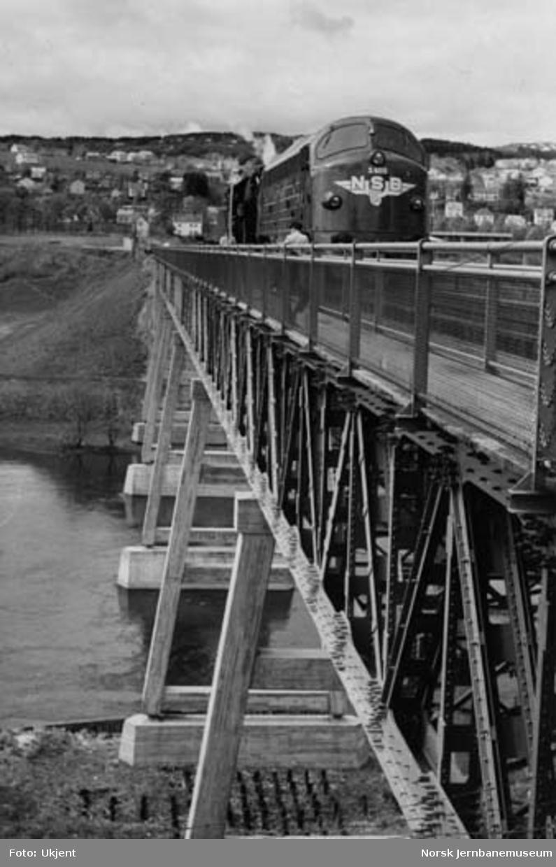Bru over Nidelva : belastningsprøve med to lokomotiver