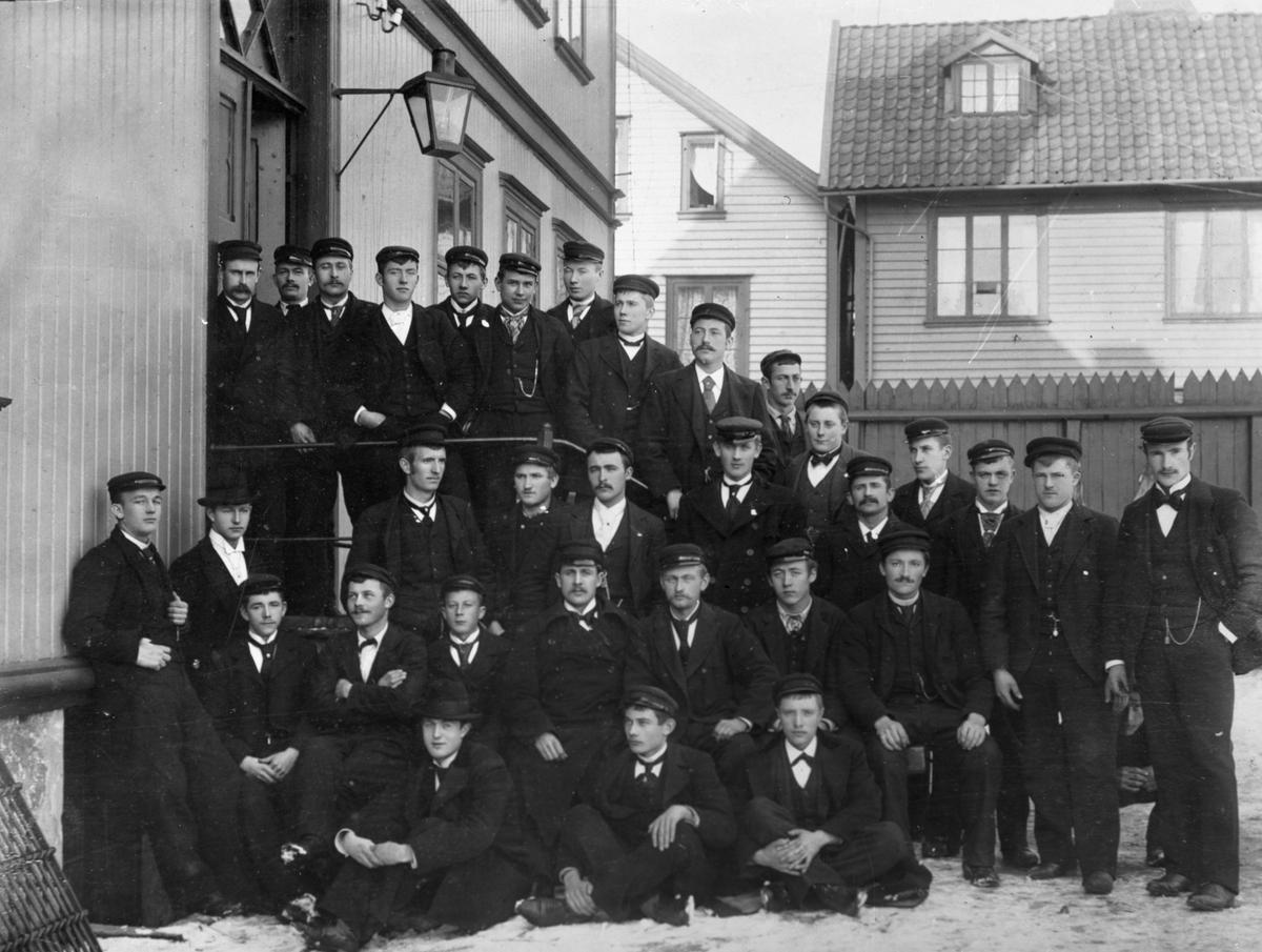 Elever fra Styrmannsklassen ved Sjømannsskolen i 1900.