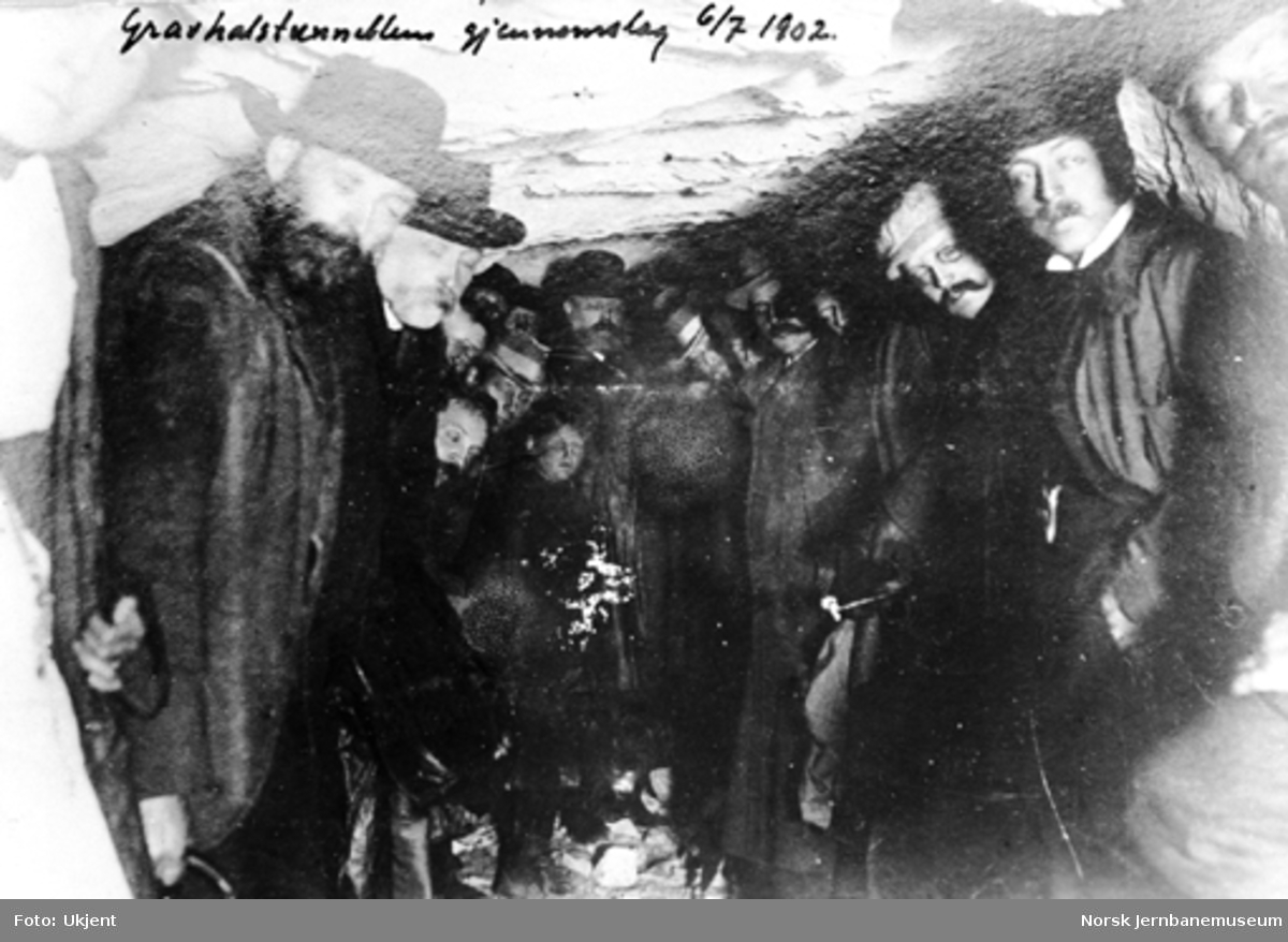 Arbeidere og ledelse ved gjennomslaget i Gravehalsen tunnel