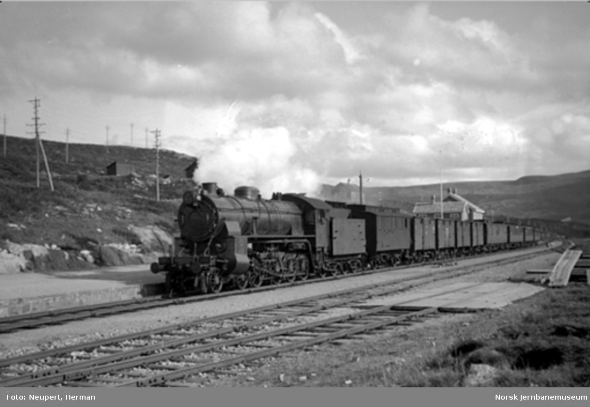 Damplokomotiv type 31b med persontog på Ustaoset stasjon