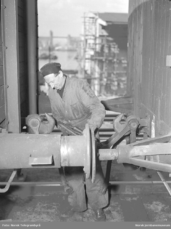 Der vognene harpes - Arbeidet i skiften :skiftekonduktør Henry Berg kobler av neste vogn (Loenga)