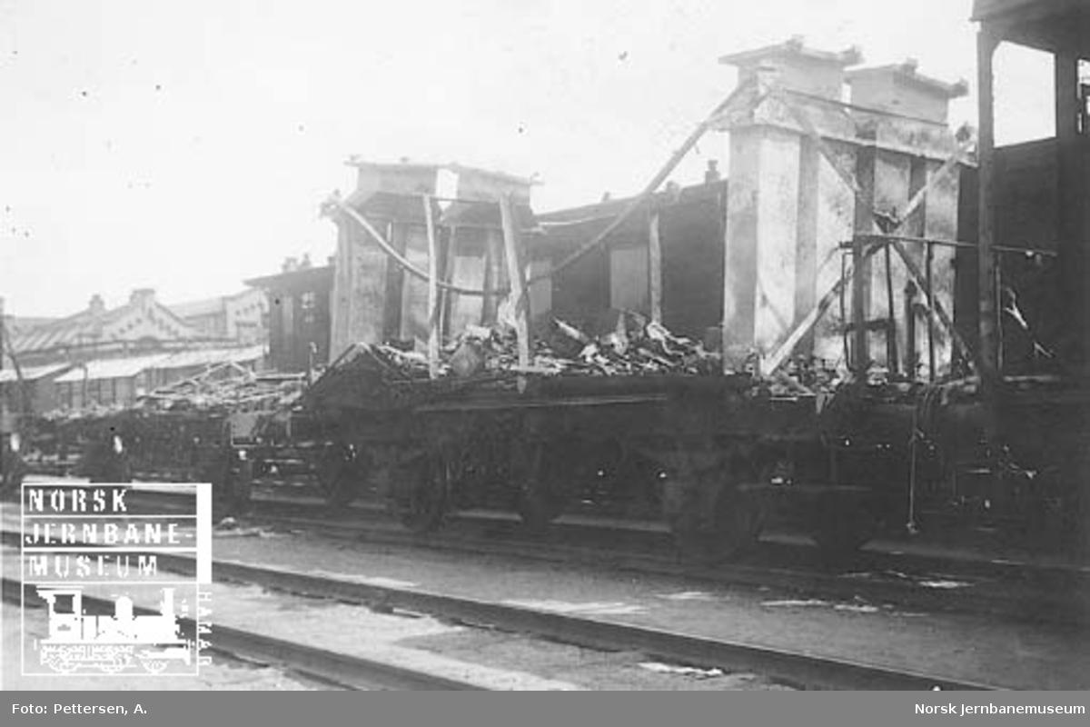 Godsvogn litra H3 med brent vognkasse, trolig etter ødeleggelsene på Dombås stasjon