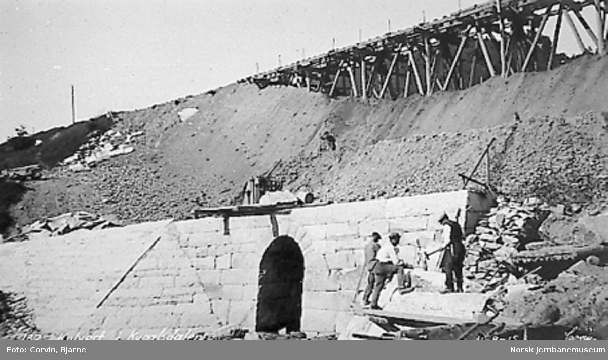Kvålsdalen viadukt, nedfylling er i gang, ny kulvert i forgrunnen