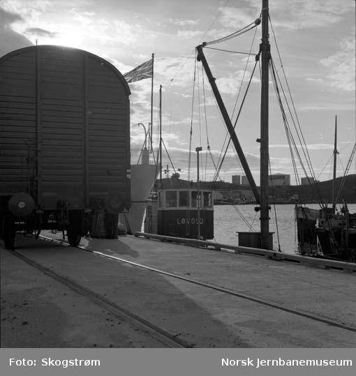 Ny jernbanekai i Bodø : første omlasting fra jernbane til båt; 2 vognlaster sprengstoff til M/K Løvold