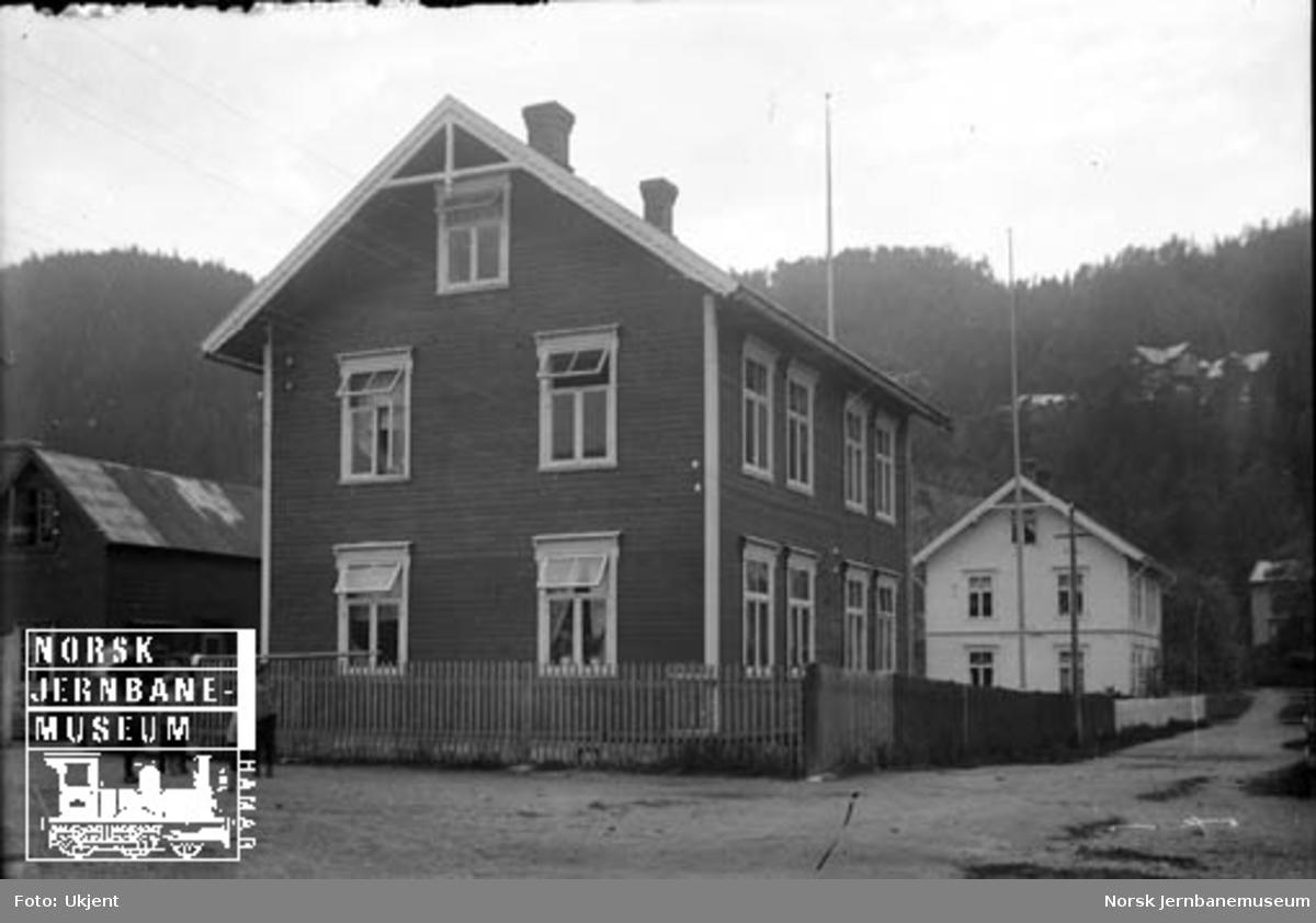 Tre bygninger - ukjent sted og jernbanetilhørighet