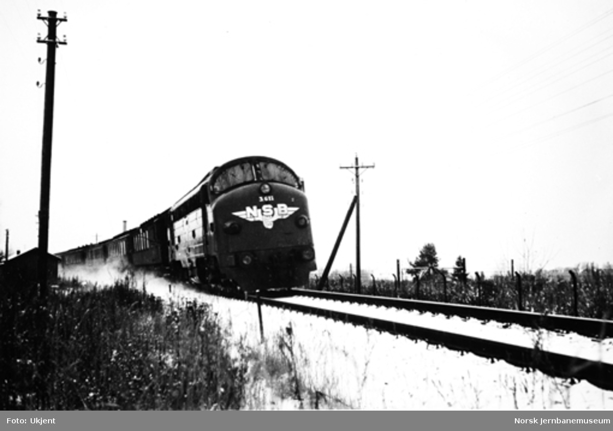 NSB diesellokomotiv type Di 3 nr. 611 med persontog