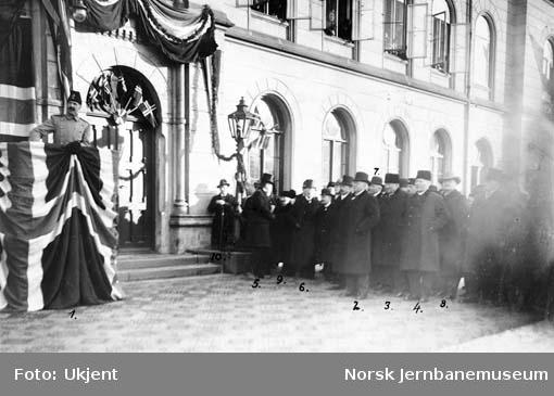 Åpning av Drammenbanen som normalsporet bane : gjestene på Drammen stasjon