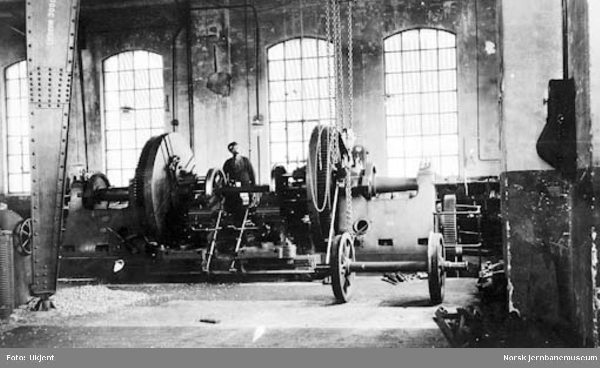 Verkstedet Sundland : lokomotivhjuldreiebenk i vognverkstedet