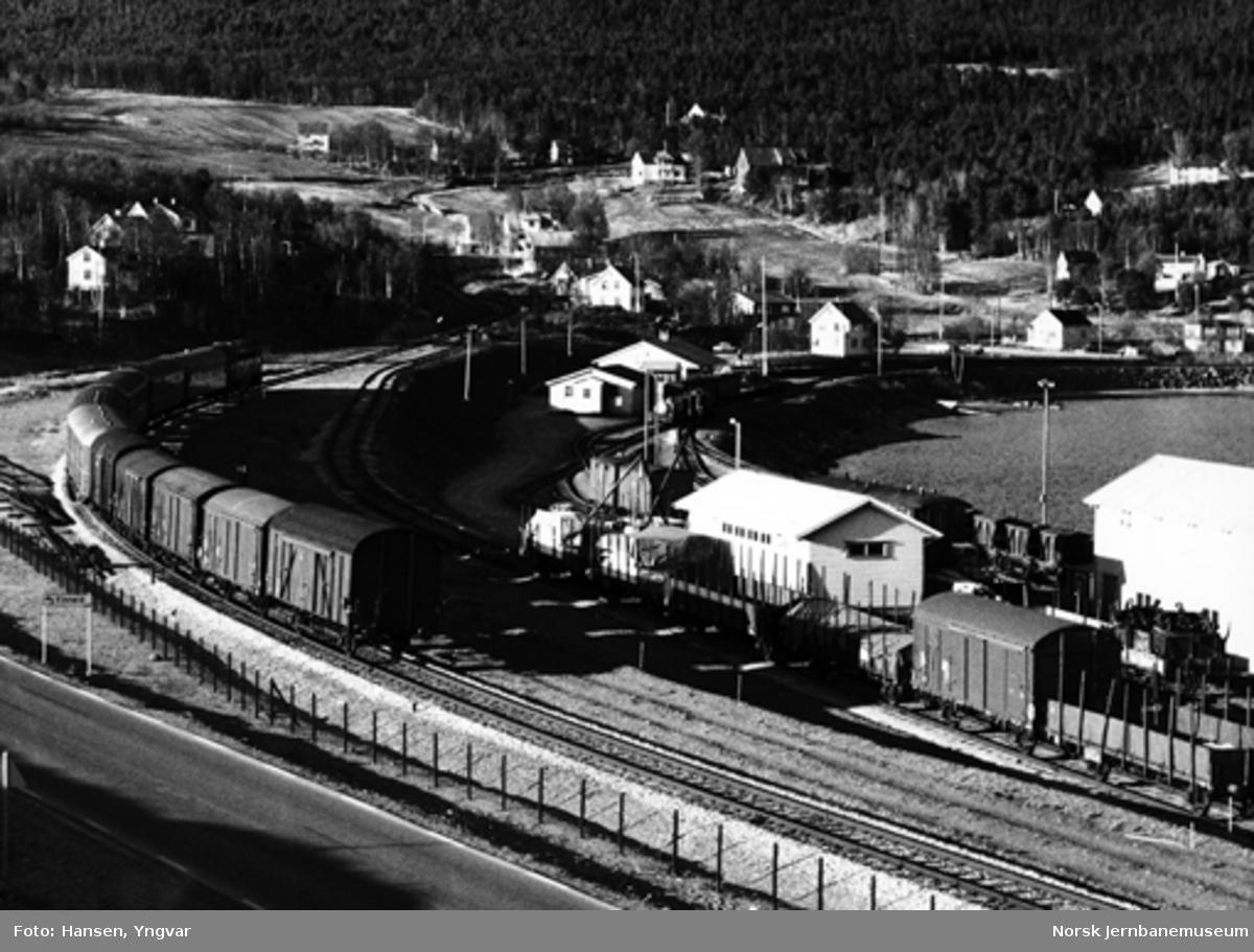 Finneid stasjon med Nordlandsbanens dagtog som passerer