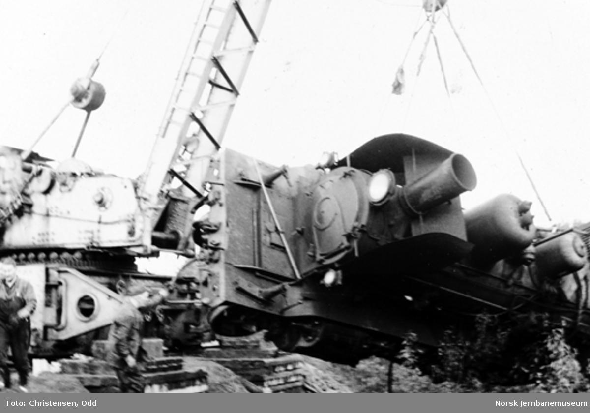 Løfting av avsporet damplokomotiv type 21e nr. 207 med kranvogn