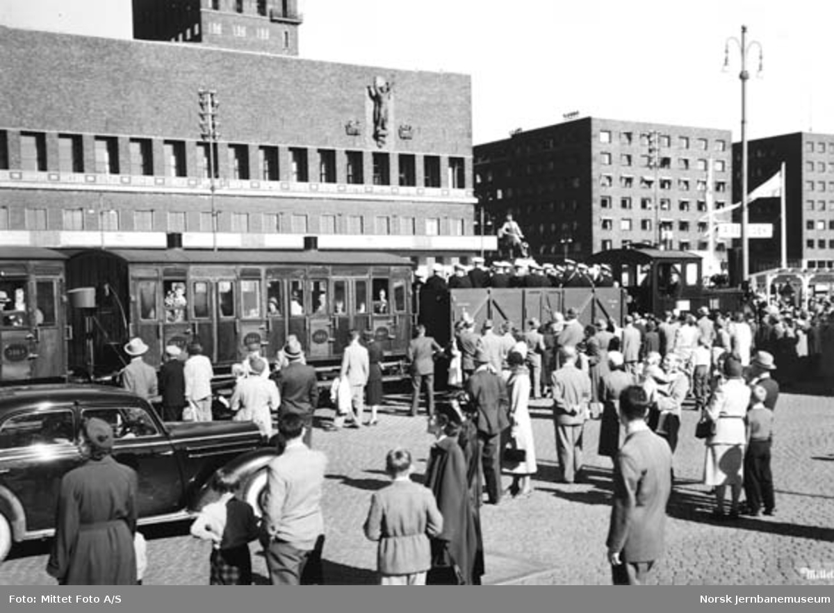 Tog på Rådhusplassen ved 100 års-jubileet, med damplokomotiv type 7a nr. 25