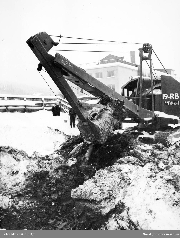 Gravemaskin i arbeid på Verkstedet Sundland