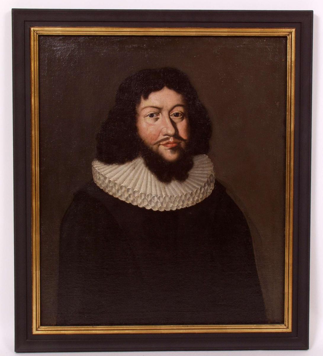 Portrett av Kjeld Stub i prestekjole med pipekrage. Brystbilde.