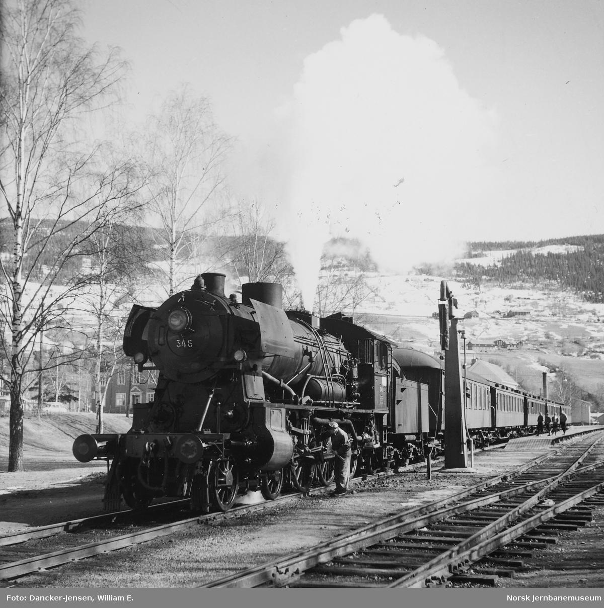 Damplokomotiv type 30b nr. 346 med påsketog 7301 på Ringebu stasjon