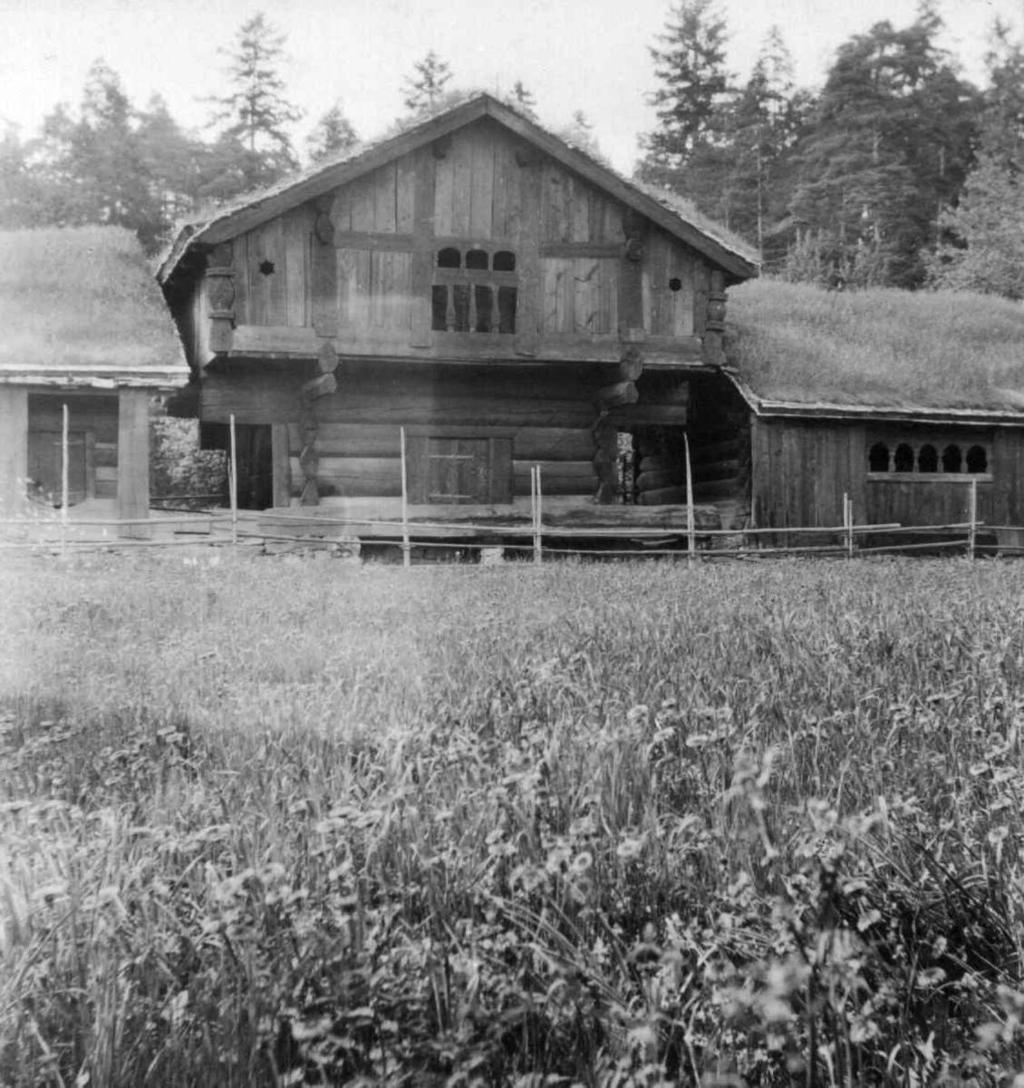 """Setesdalstunet på norsk folkemuseum. Til  venstre: Årestua fra Åmlid i Valle. I midten: Oseloftet fra Bygland. Til høyre: Kjellebrgstua fra Valle (""""gamlestog"""")."""