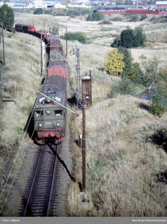 NSB elektrisk lokomotiv El 5 2040 med godstog