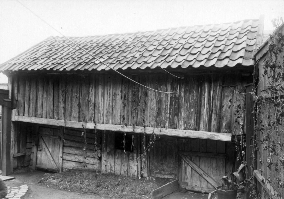 Christian Kroghsgate 48 og Slåmotgangen mellom Christian Kroghsgate og Akerselva. Oslo 1924. Uthus.