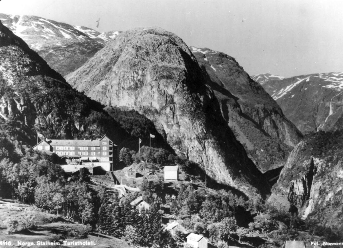Avfotografert postkort. Stalheim turisthotell med utsikt over Nærøydalen og Jordalsnuten.