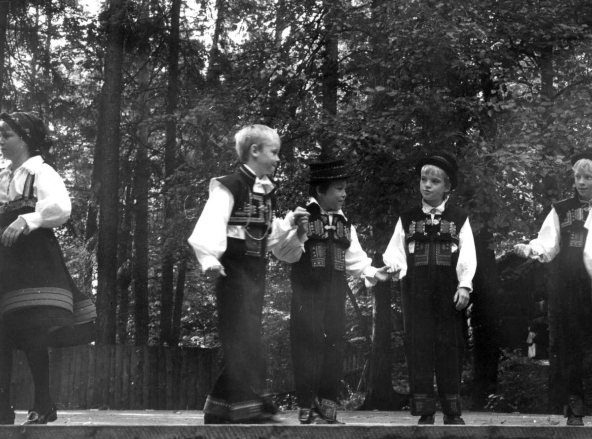 Norsk Folkemuseums barne- og ungdomsleikarrings 25 års jubileumsforestilling, september 1978. På Friluftsteateret.