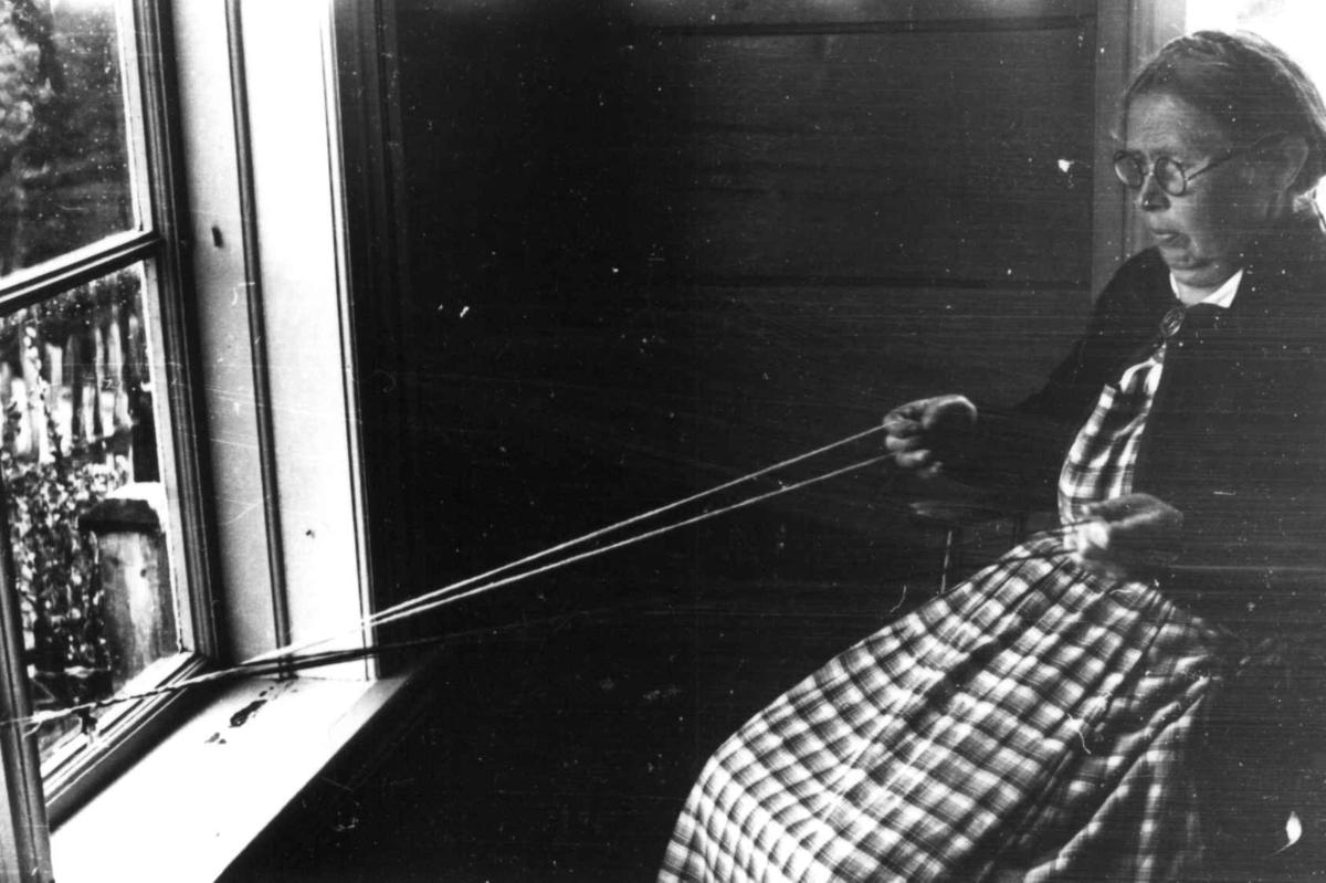 Vinje, Telemark 1941. Margit Fetveit lager bånd.