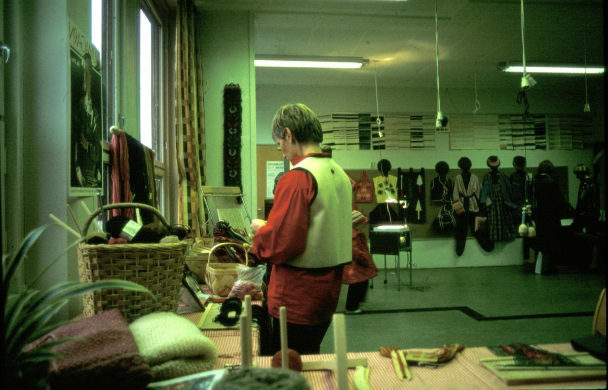 Utstilling, husflid (Husfliden 90 år?) Fra Husflidssamlingen.