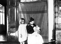 Interiør, Nedre Digerud, Frogn, Akershus, 1902. Gudrun og Ma